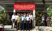 Chụp ảnh kỉ niệm giữa các đồng đội, đồng chí trong buổi lễ Trao tặng nhà tình nghĩa của công ty